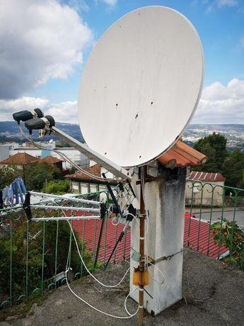 Duas antenas de TV, parabólica e normal