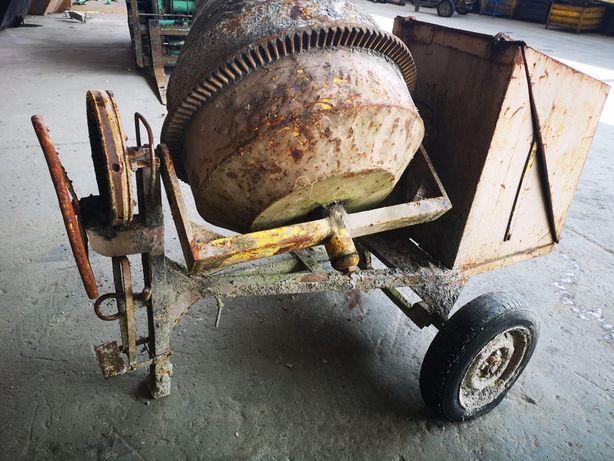 Vende se betoneira a trabalhar
