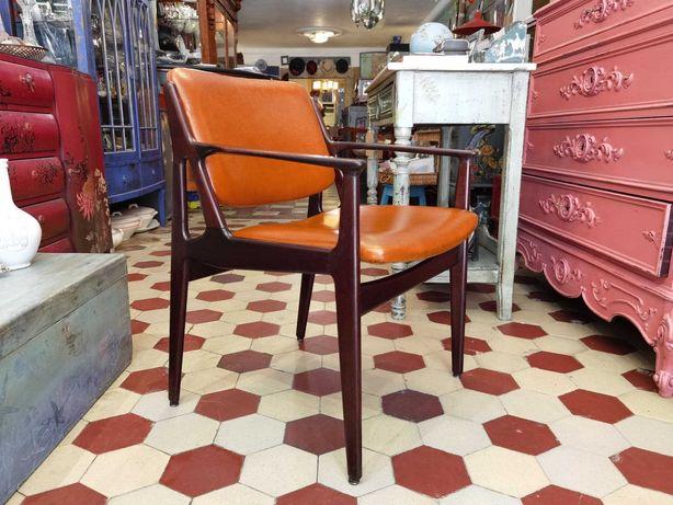 Cadeira Escandinava anos 70 em mogno  , costas basculantes.