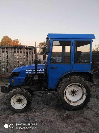 Трактор з кабіною та ведучим передком