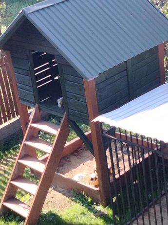 Domek drewniany z piaskownicą dla dzieci