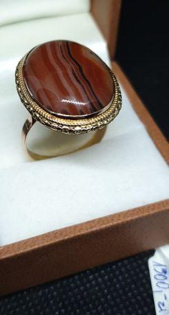 Złoty pierścionek z agatem