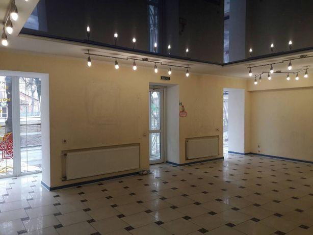 Оренда приміщення по вул. Пирогова з великими фасадними вікнами.