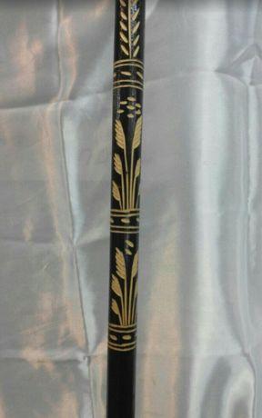 Трость - палка деревянная для облегчения ходьбы .