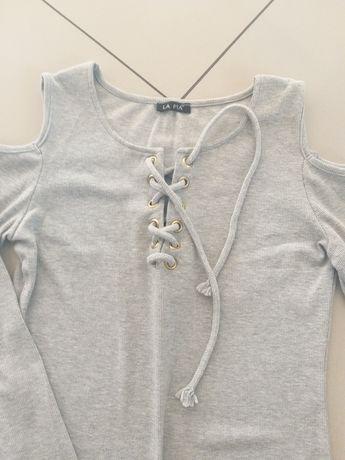 Jasno szara sukienka odkryte ramiona