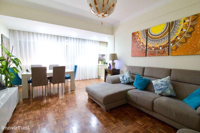 Apartamento T2 Remodelado Costa da Caparica com Parqueamento e Arrecad