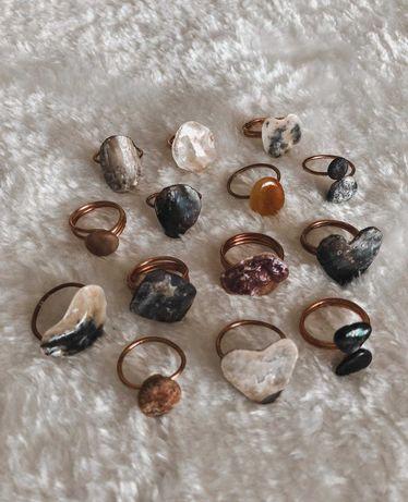 Anéis em cobre com pedras/conchas da praia