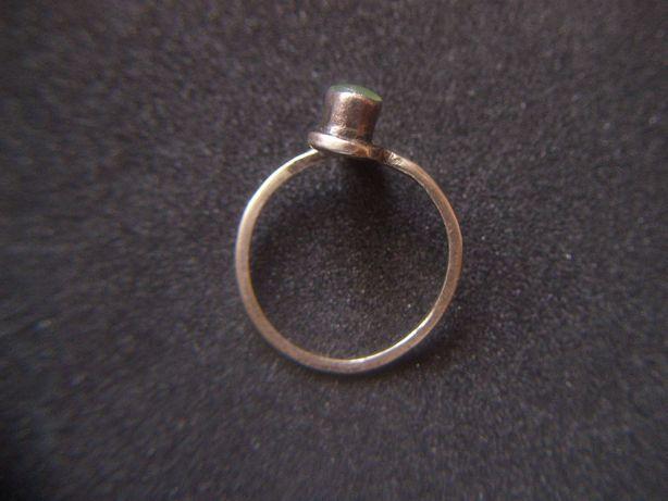 Stara biżuteria Srebrny pierścionek z zielonym kamieniem Bardzo Stary