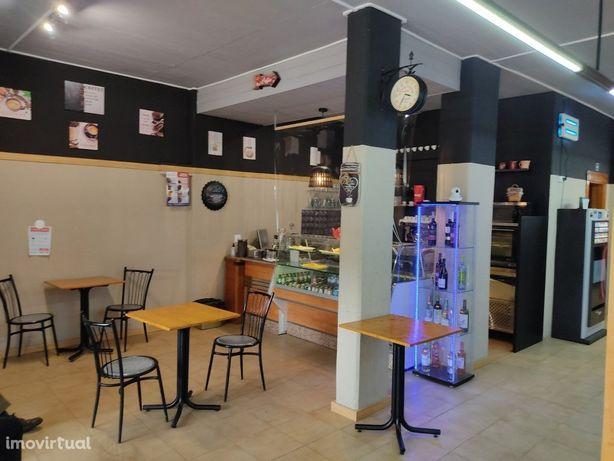 Trespassa-se Minimercado com cafetaria e recheio.