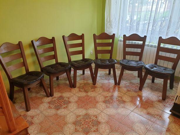 Stare solidne i masywne krzesła