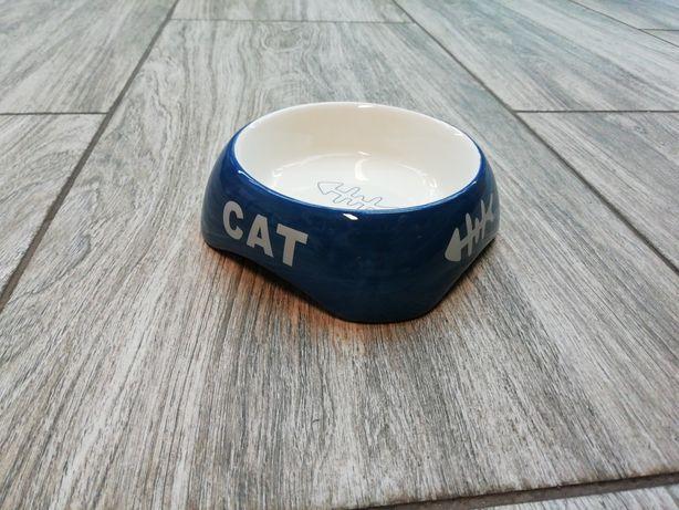Niebieska porcelanowa miska dla kota