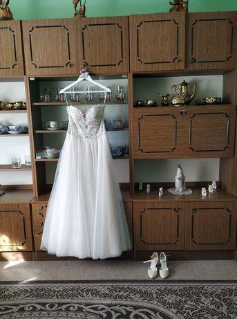 Suknia ślubna kolor Ivory bardzo wygodna.