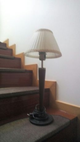 Candeeiro de mesa com lâmpada de LED