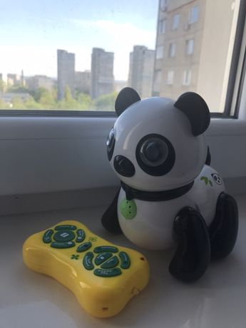 Панда на пульте управления