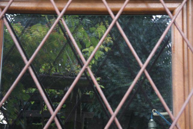 krata do okna brązowa
