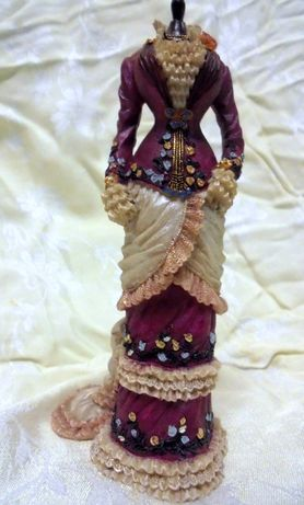 Suknia na manekinie-figurka z Muzeum Ubioru w Londynie,ceramika.