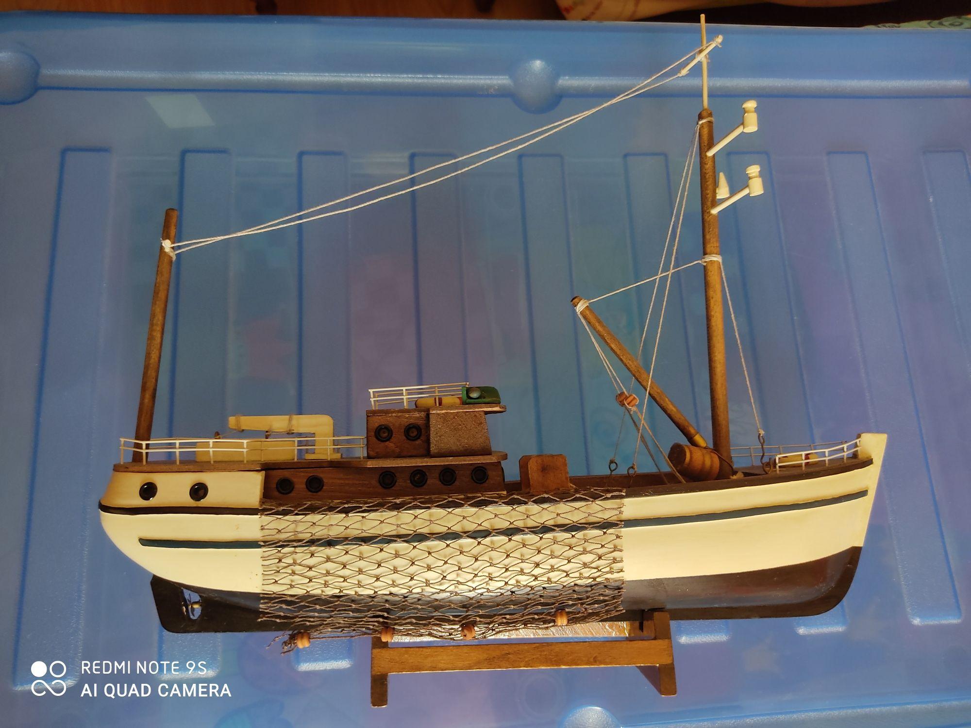 Barco em miniatura com 40 cm