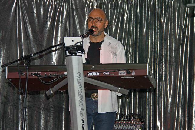Teclista vocalista a solo, em duo,ou DJ.