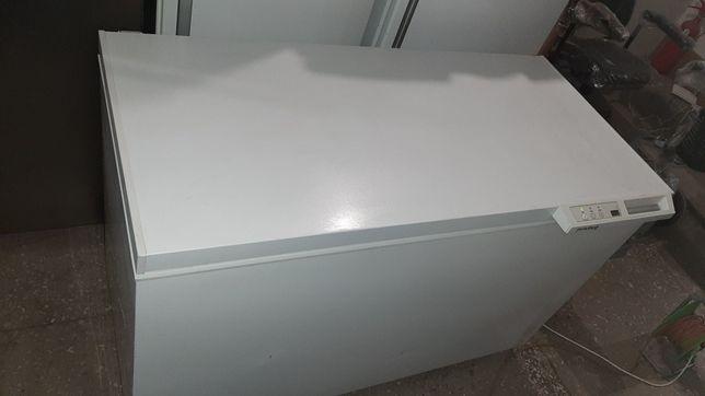Горизонтальная   Морозильная камера Priveleg с глухой крышкой.