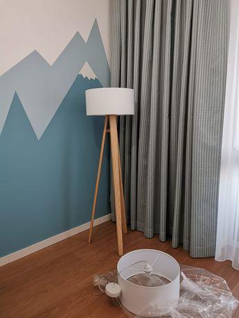 zestaw lamp z drewna jesionowgo z białym abażurem