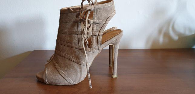 Szpilki, sandały wiązane. Vices