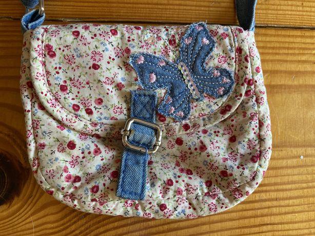 Torebka dla dziewczynki na lato z materialu z motylkiem w kwiatki