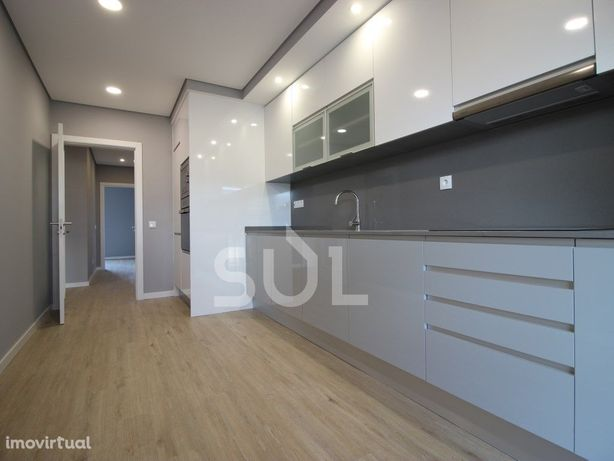 Portimão - Apartamento T3 Novo com 2 Suites e garagem em BOX