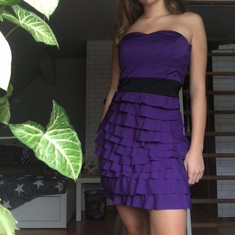 Fioletowa sukienka bez ramiączek z czarnym pasem i falbankami falbany