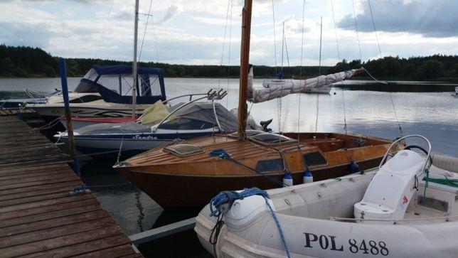 Jacht żaglowy Baśka 606 razem z przyczepą i suwnicą.