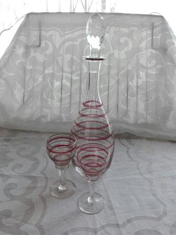 Conjuntos antigos em vidro: licoreira, jarro, copos, ...