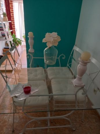 Mesa e cadeiras de jantar em branco