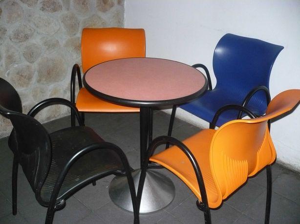 Mesas e cadeiras em bom estado