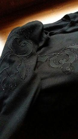 Нарядный джемпер черного цвета с красивым декором.