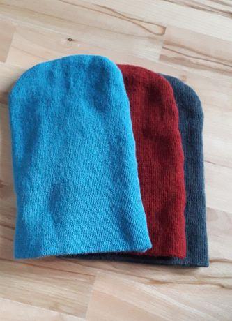 Trzy czapki Beanie