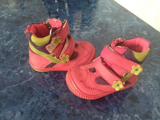 Продам взуття своєї донечки.