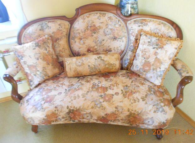 Продам старинный набор канапе и два кресла