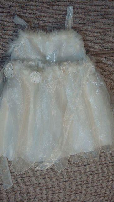Piękna, biała sukienka na specjalne okazje, występy
