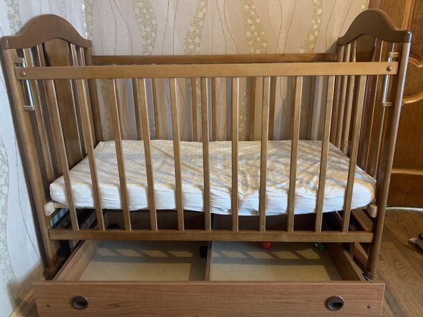 Детская кроватка с маятниковим механизмом
