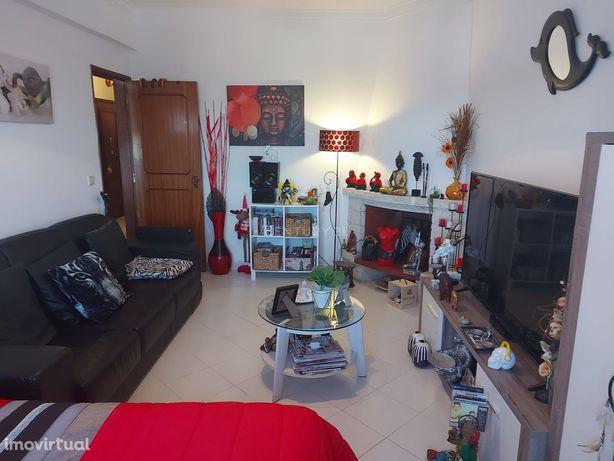 Apartamento T1 com boas áreas, em Pinhal de Frades, Seixal