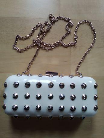 Mała biała torebka z kolcami Mohito z doczepianym łańcuszkiem