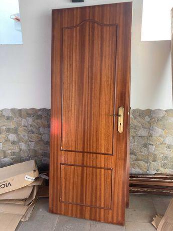 Portas de madeira interiores c/puxadores