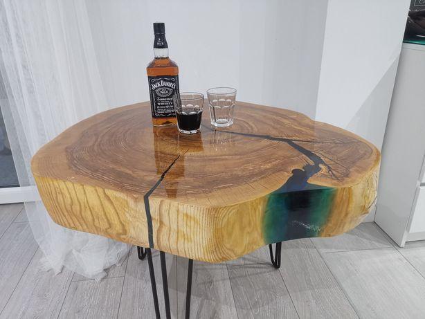 Stolik kawowy. Duży plaster drewna zalany żywicą