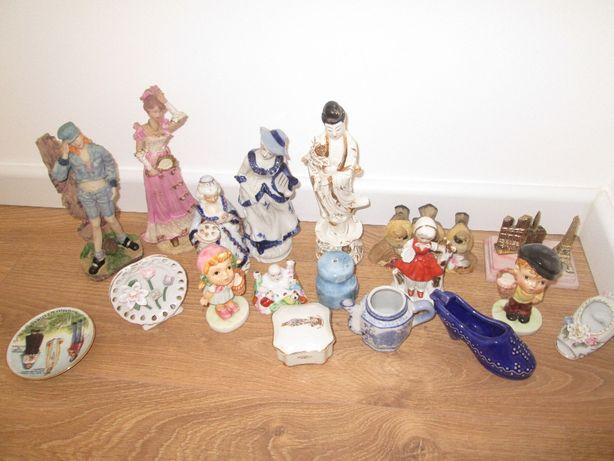 Conjunto loiças, bonecos decorativas.
