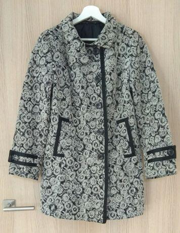 Śliczny, taliowany płaszcz jesienny