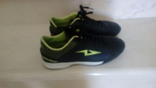 Chuteiras de Futsal Team Quest pretas e verdes
