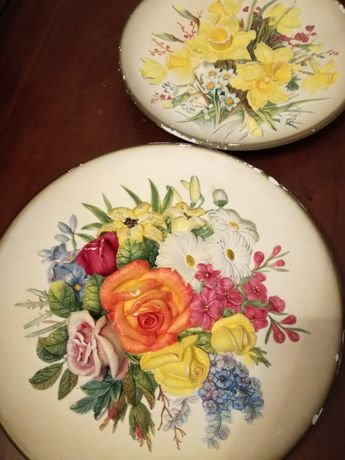 Pratos vintage de cerâmica com flores em relevo W.H.Bossons
