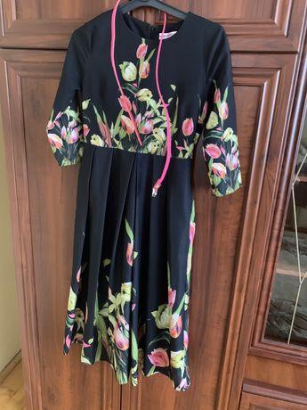 платье миди, платье в цветочный принт, нарядное платье, черное платье