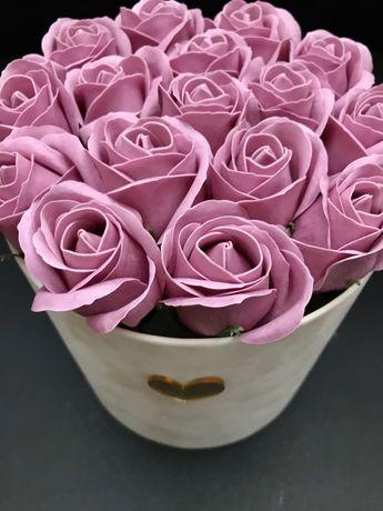 Welorowy flower box z mydlanymi rozami.