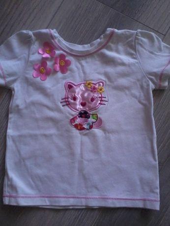 biała bluzeczka z krótkim rękawem i różową aplikacją dla dziewczynki