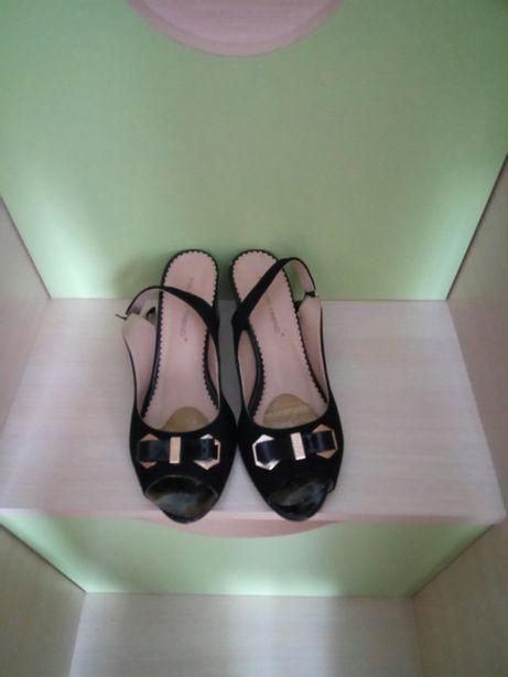 Дві пари босоніжок 36 розмір. Туфлі в подарунок 36 р.